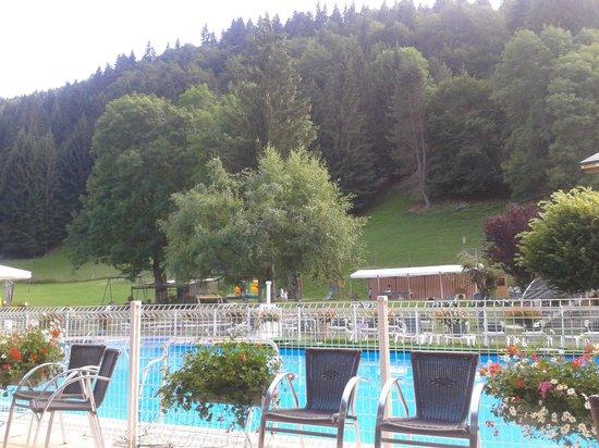 Hotel Club Le Cret : vue de la piscine extérieure depuis les fauteuils