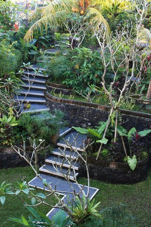 Jaya Bungalow : Blick vom Balkon auf den unteren Gartenbereich.