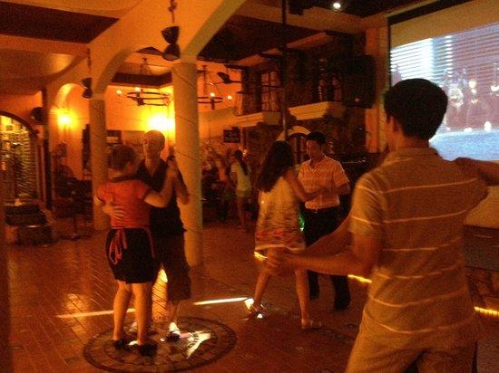La Mancha Restaurant: Les serveuses dansent aussi !