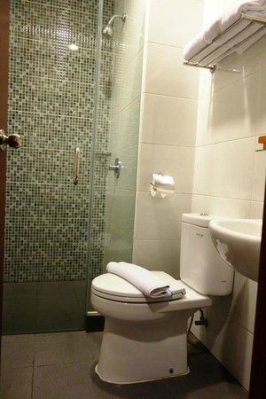 Hotel 88 Embong Kenongo : nice bathroom