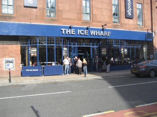 The Ice Wharf: Having a smoke!!