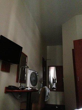 A-Train Hotel: Mini Zimmer für 160 € die Nacht