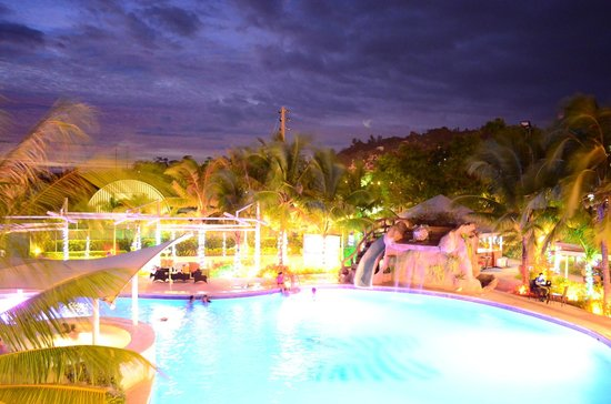 Moonbay Marina Leisure Resort: pool at night
