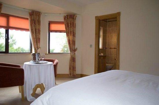 Clonamore House Hotel: Bathroom of Guest Bedroom