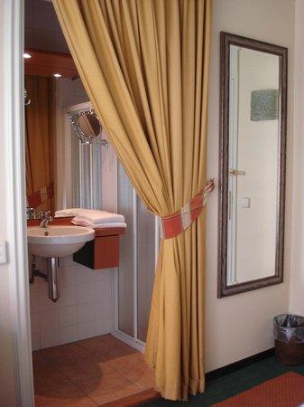 Haje Hotel Joure: badkamer