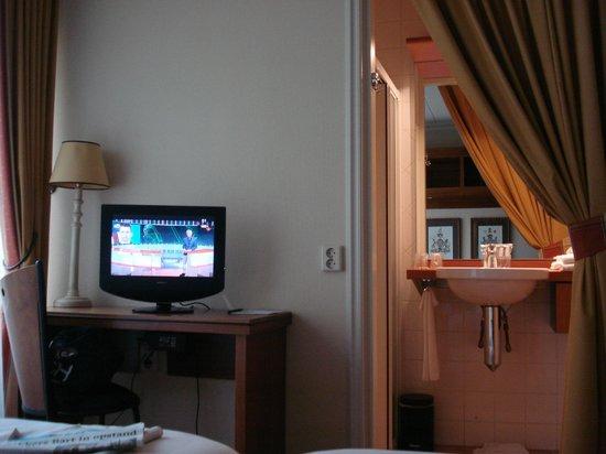 Haje Hotel Joure: kleine tv en mini badkamer