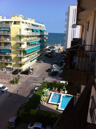 Hotel American : Utsikt fra rommet vårt. Bassengen kan sees på bildet