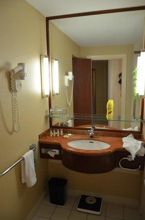 Renaissance Paris La Defense Hotel: bathroom