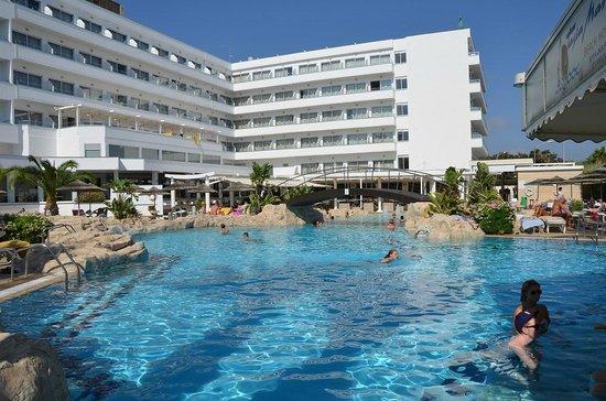 Бассейн и вид отеля