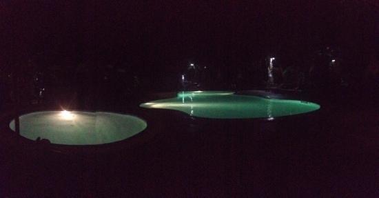 Bill Resort: la piscine le soir