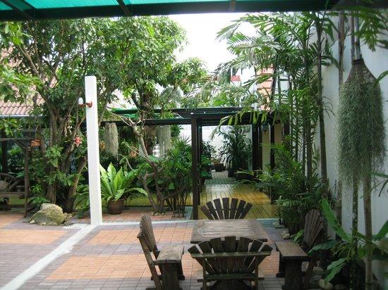 Baan Na Khon: สวนบริเวณโรงแรม