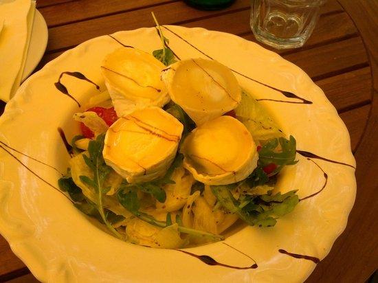 Sarki Fűszeres : Fresh salad with goat cheese