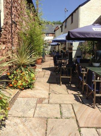 Fitzhead Inn: Mediterranean courtyard