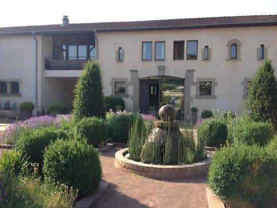 Chateau d'Adoménil : Courtyard gardens