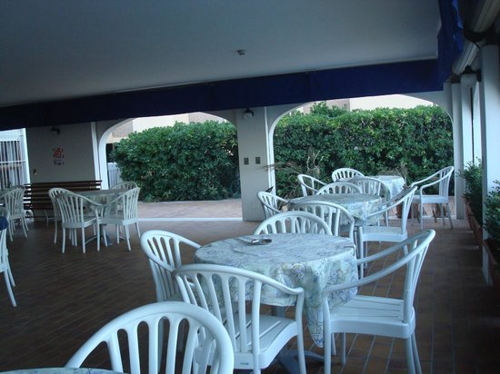 Hotel Villa Sole : Tavolini a bordo piscina