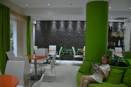 Phidias Hotel : Hall d'entrée et salle du petit déjeuner