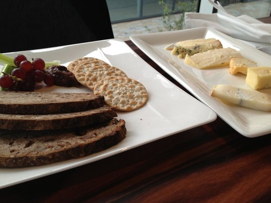 Damson Restaurant: Cheese board with great bread