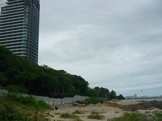 โรงแรมอีสท์ ซี รีสอร์ท: Берег у отеля Cape Dara. Пляж находиться дальше, севернее