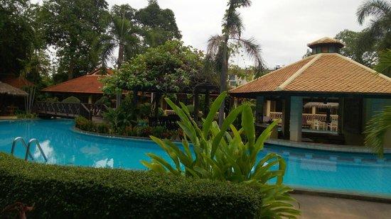 East Sea Resort Hotel: Бар у бассейна
