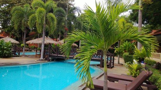East Sea Resort Hotel: Бассейн у строений № 3
