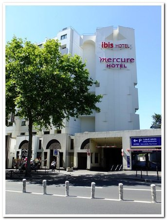 Mercure Paris Montmartre Sacre Coeur: Two of Accor's Hotels in the same block, Mercure and Ibis