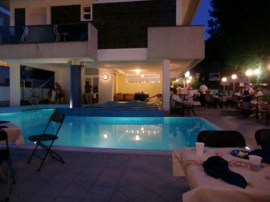 Hotel Majestic: La piscina e la serata speciale