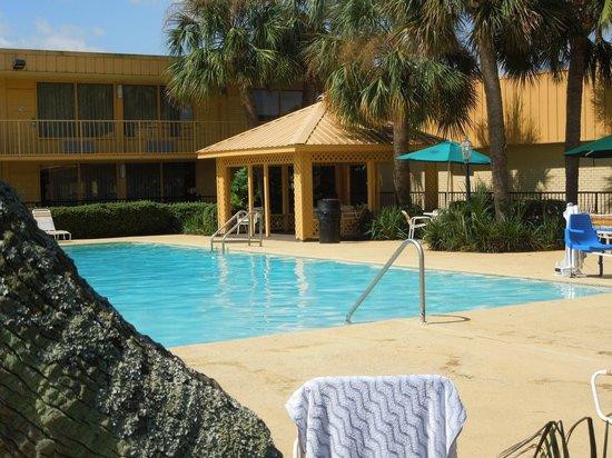 La Quinta Inn New Orleans Slidell: Large gazebo area near pool.
