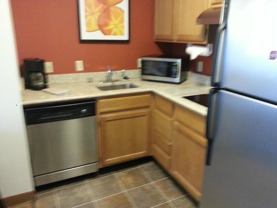 Residence Inn Parsippany: kitchen: cabinets are a bit shabby but new appliances!