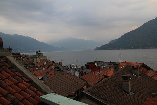 Hotel Pironi : Sicht aus dem Hotelzimmer über die Dächer von Cannobio
