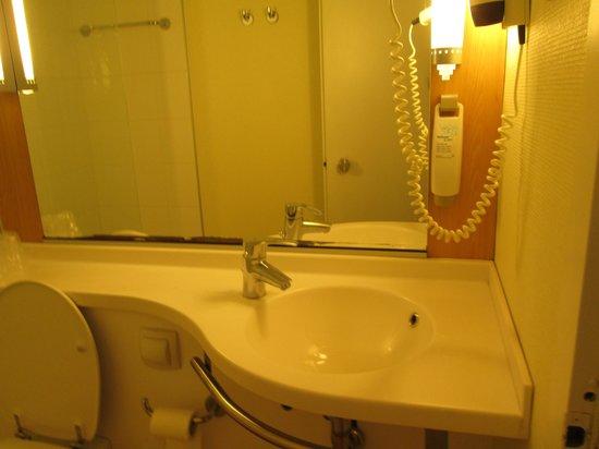 Ibis Milano Centro: exchanged room's bathroom