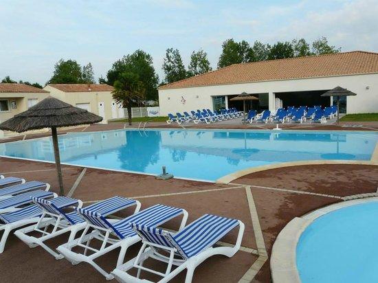 Camping Domaine des Forges: piscine extérieur et intérieur avec espace enfant  jet massant