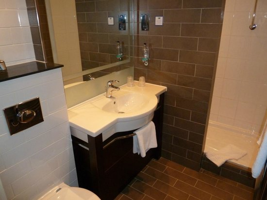 Holiday Inn Express Crewe: Bathroom