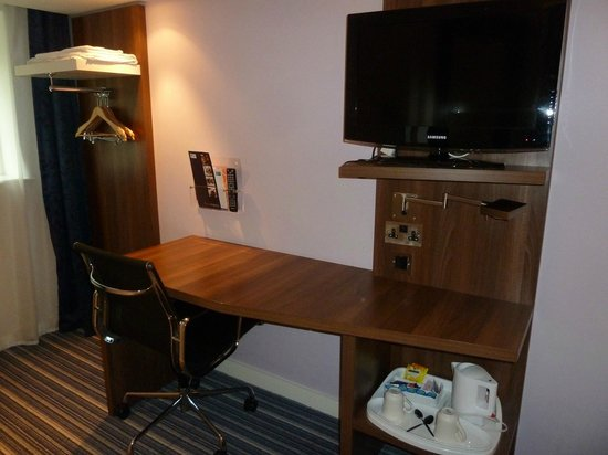 Holiday Inn Express Crewe: Tv, desk and a small area to hang a shirt