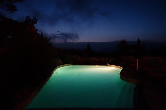 Hôtel Eze Hermitage: The pool at night