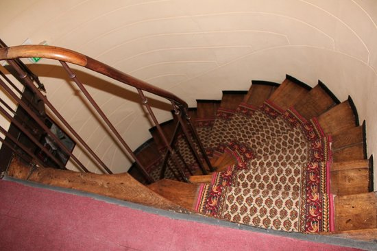 Hôtel Morand : the staircase of DOOM ;)