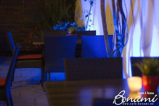 Bonami: Garten bei Nacht