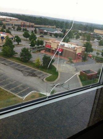 Hilton Garden Inn Olathe: broken window