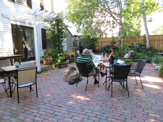 Benjamin F. Packard House: Reading on the patio