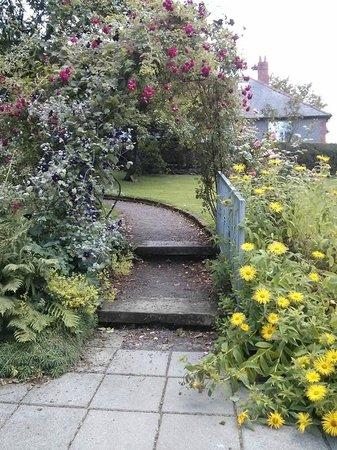 Ballygawley, UK: Rose Arbour on the garden path
