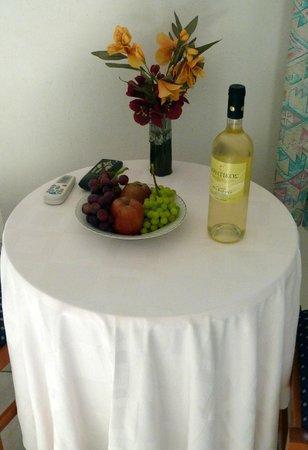 Creta Sun Hotel Studios : welcoming flowers wine and fruit