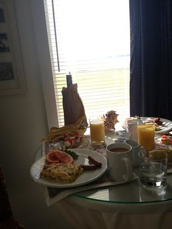 Harborlight Guest House Bed & Breakfast: breakfast brought to your room