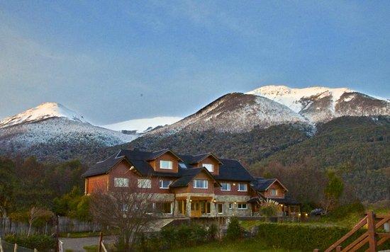 Alma Andina Hosteria: thumbnail Vista del frente y detras el Centro de Esqui Cerro Bayo