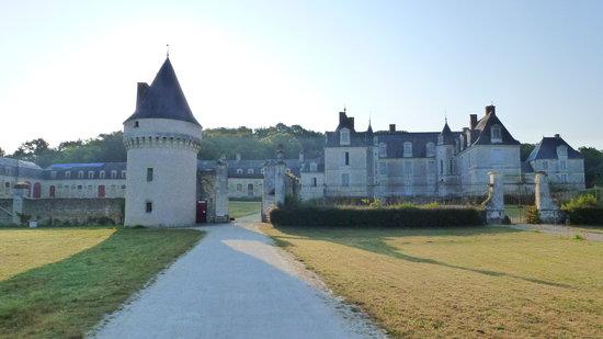 Chateau de Gizeux: vue du chateau tôt le matin
