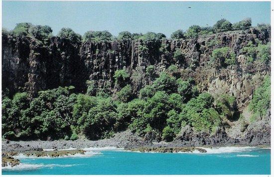 Baia do Sancho: Passeio de barco ao redor da ilha, falésias rochosas da Baía do Sancho.