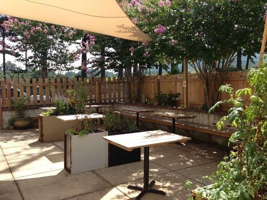 Native Kitchen & Social Pub: Patio