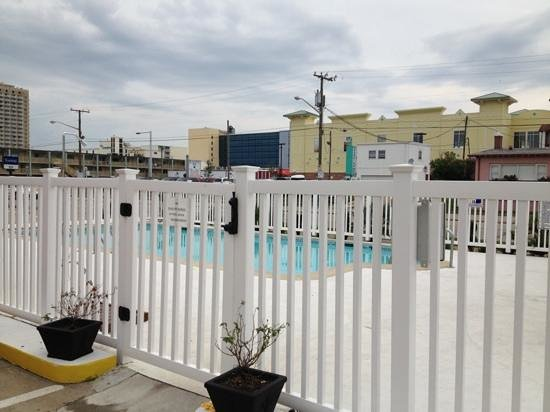 Oceans 2700 Hotel: pool, right along street, maybe sone shrubs for privacy would help