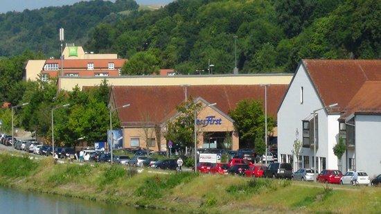 ibis Styles Regensburg : Das ibis von der Oberpfalzbrücke aus gesehen (2)