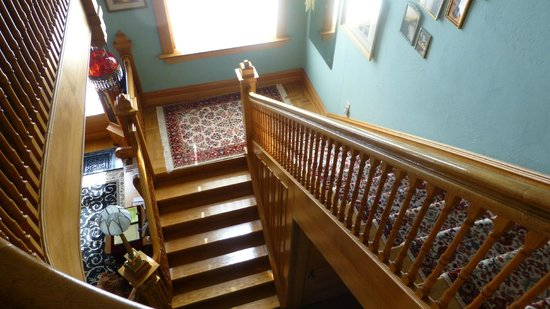 Ferris Mansion Bed and Breakfast: Stairs to the ground floor