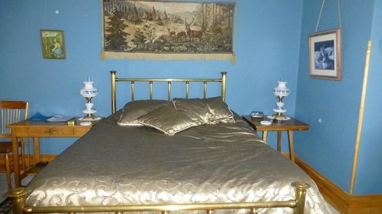 Ferris Mansion Bed and Breakfast: Blue Room Bed