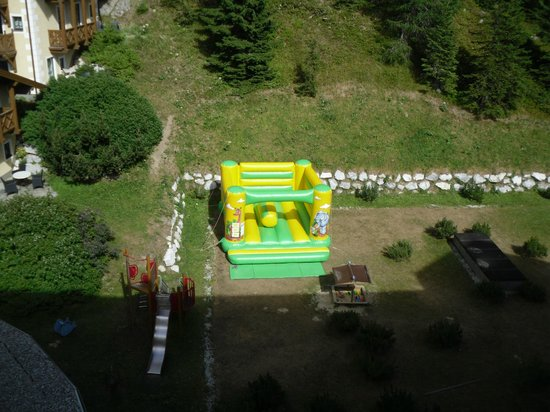 Falkensteiner Hotel Cristallo : Piccolo parco giochi in giardino